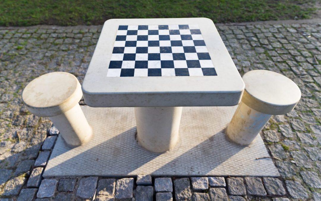 Schaken op schaaktafels in Spoorpark vanaf april mogelijk