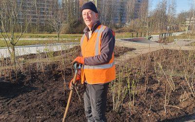 Spoorpark vrijwilligers blij aan het werk in de zon