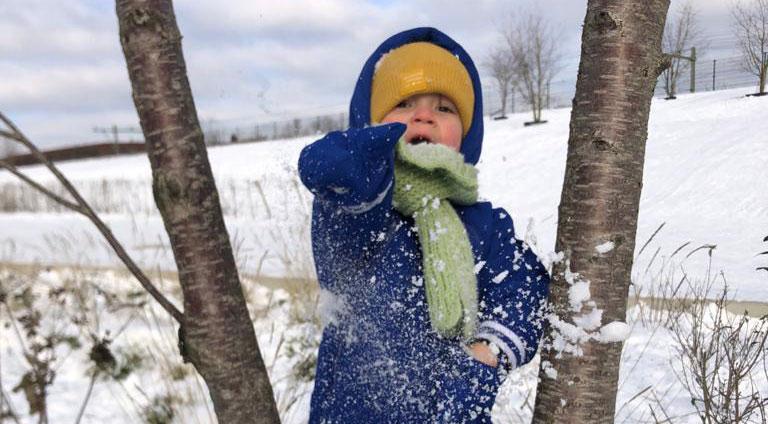 Jong en oud geniet van sneeuw in Spoorpark