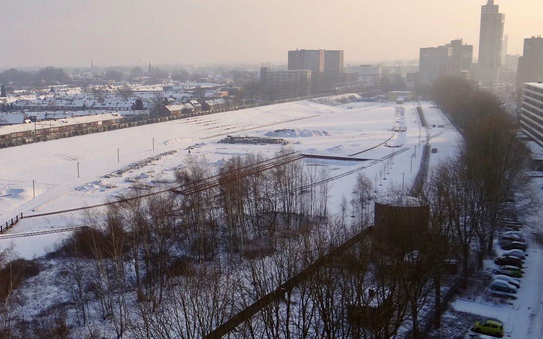 Spoorpark bedekt met sneeuw